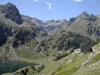 Le lac et le refuge d'Espingo. Au fond, le val d'Arrouge avec le pic de Hourgade