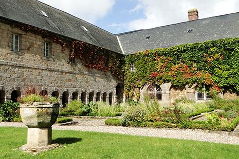 Le beau cloître du couvent des Pénitents, à Saint-Valéry-en-Caux