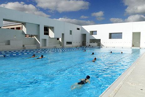 La superbe piscine dessinée par Jean Nouvel, les Bains des Docks au Havre, comporte aussi un bassin extérieur en service toute l'année