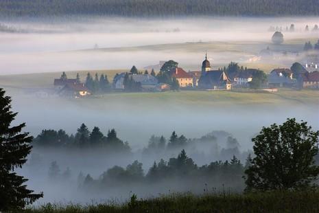 Village de Chapelle-des-Bois sous la brume STEPHANE GODIN (Photographe) © CRT Franche Comté