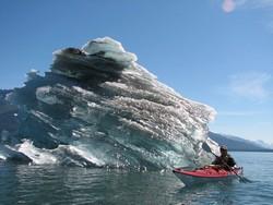 La chute des blocs de glace du glacier Endicott Arma s'est accélérée depuis ces dernières années : nouveau symptôme du réchauffement global. © Discovery