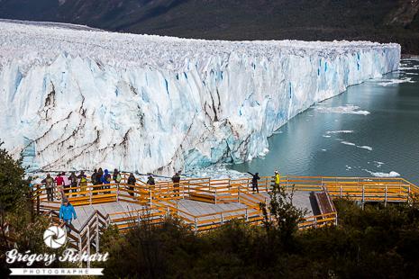 On admire le Perito Moreno depuis le ponton sur la péninsule de Magellan