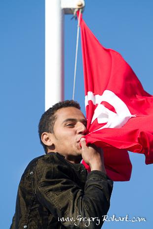 Egyptien fuyant la Libye et embrassant le drapea tunisien en signe de remerciement