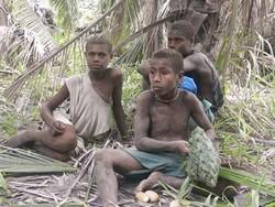 Les gamins qui nous accompagnent ramassent des oeufs de mégapode
