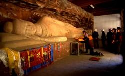 Grotte du Bouddha allongé sur le site de Binglingsi et son lot de pèlerin