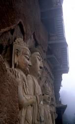 Sculptures bouddhiques en pleines falaises, à Matisi.