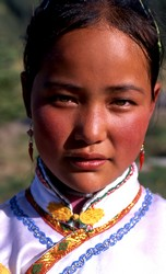Jeune fille d'origine tibétaine, à Wenshushan.