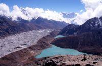 Vue depuis le Gokyo Peak vers la moraine du glacier Ngozumpa et le lac de Goky