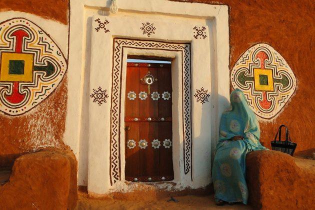 Ornées de superbes motifs polychromes, les éclatantes façades des maisons.
