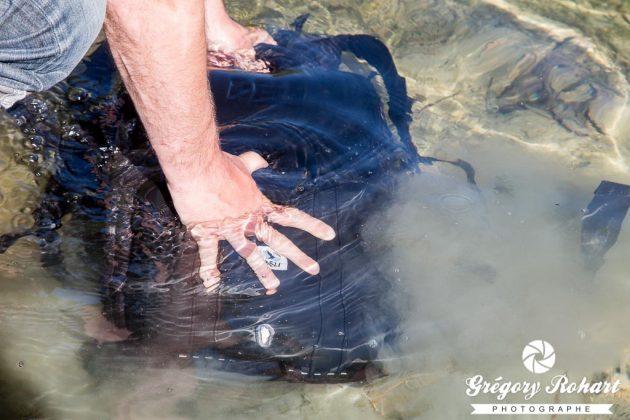 J'immerge le sac à dos dans un lac pendant plus de 1 mn