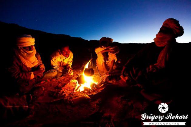 Chaque soir nous nous retrouvons autourd u feu en compagnie de nos amis Touareg