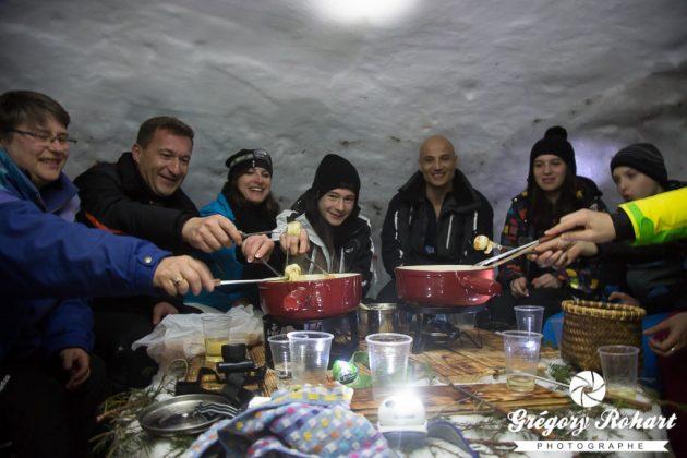 La balade en raquettes se termine par une fondue dans un igloo. L'ambiance était loin d'être glaciale !