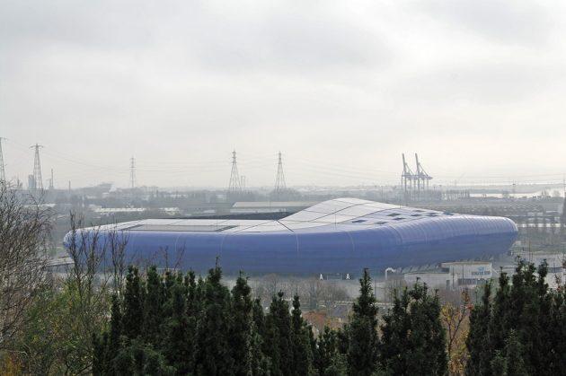 L'imposante structure en plastique bleu Klein qui recouvre le grand stade étonnera tout le monde, quel que soit ses goûts pour les compétitions sportives.
