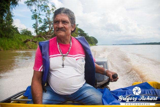 En lancha sur le fleuve Amazone