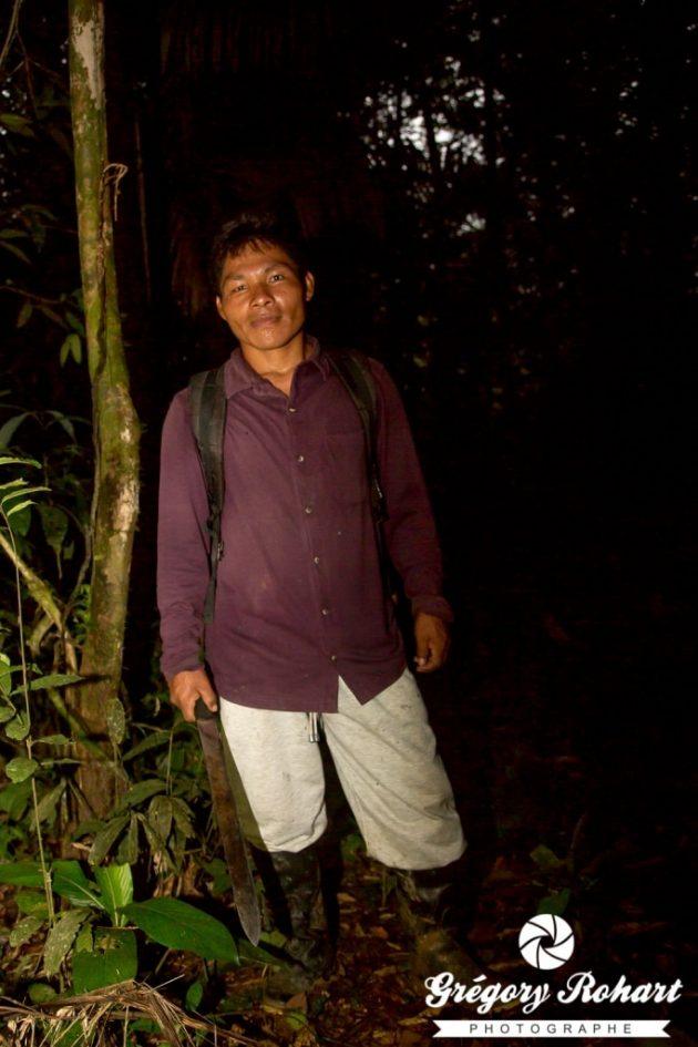 Chemise manche longue, lampe, pantalon et bottes constitue la tenue de base pour marcher la nuit en Amazonie.