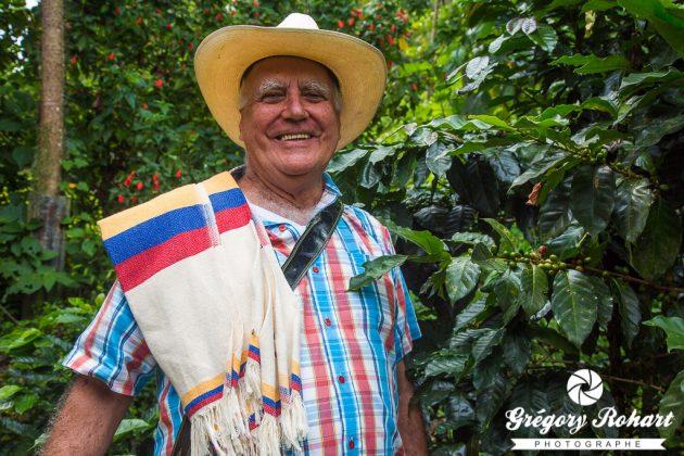 Luis Edouardo Zapata , le propriétaire de la Gabriela, en tenue traditionnelle des producteurs de café.