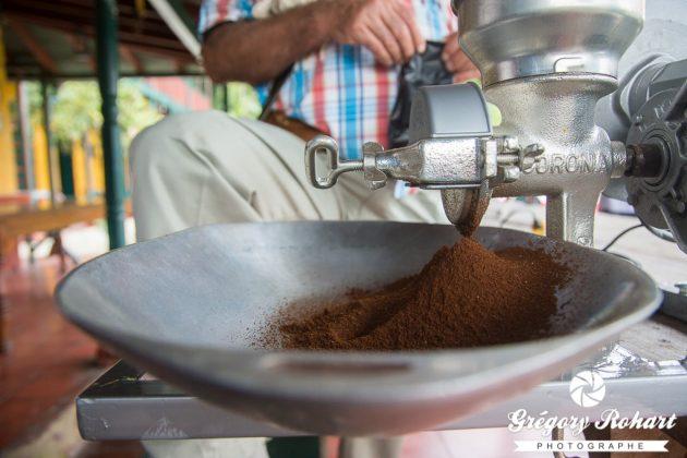 Dans quelques secondes, nous allons boire ce café moulu.
