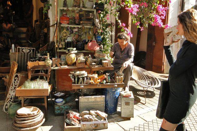 A Jaffa, qui est aussi le quartier de bon nombre de créateurs, les sympathiques puces de HaPishpeshim et les cafés alentour attirent les foules en fin de semaine.