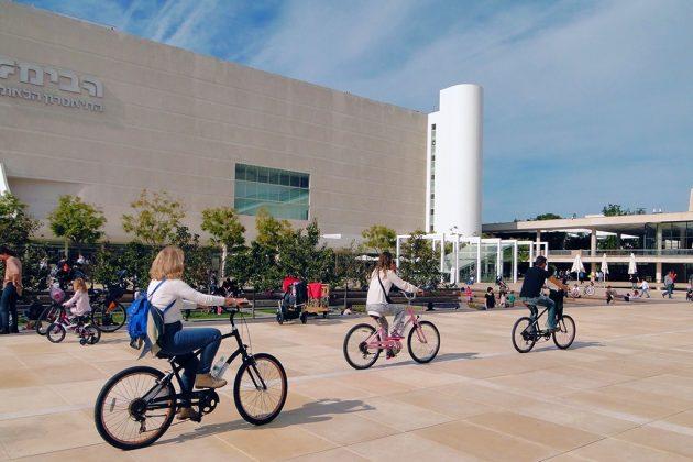 Rien de tel qu'une grande balade à vélo pour découvrir la ville, abondamment dotée en pistes cyclables.