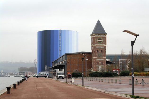 Le dégradé de bleu du Panorama XXL s'élève au milieu des anciens hangars en brique des quais de Seine