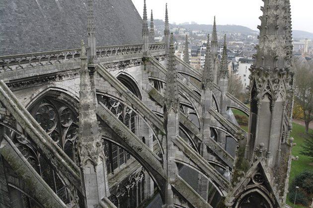 Depuis les toits de l'abbaye de Saint Ouen, l'édifice paraît encore plus majestueux