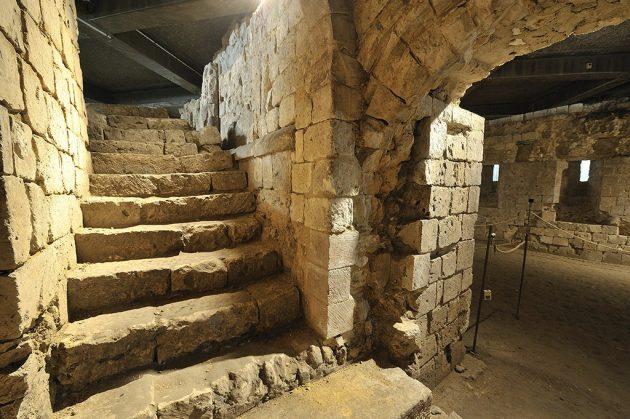 La maison tire son nom d'un graffiti en hébreux signifiant « Maison sublime » qui confirme son appartenance à l'ancienne communauté juive de la ville.