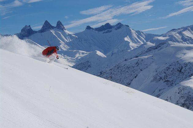 De belles séances de free rando dans de somptueux panoramas, avec en toile de fond les célèbres Aiguilles d'Arves, à 3 514 m.