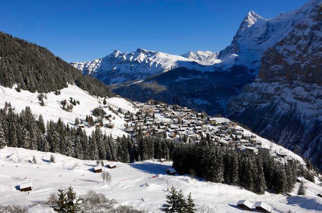 Accroché à la montagne, le village de Mürren n'est desservi par aucune route. Avec ses vieux chalets de bois, il a beaucoup de charme. © Jost-von-Allme