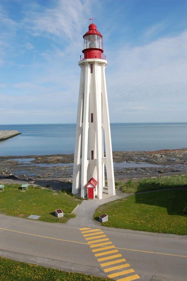 Le phare de la Pointe-au-Père, devant le musée retraçant la tragédie de l' »Empress of Ireland » © SHMP