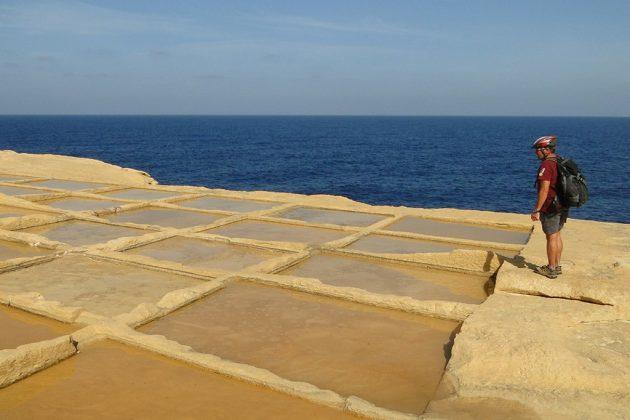 Des salines en bord de mer, taillées dans le roc du temps des Romains.