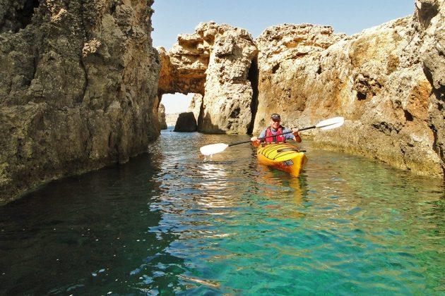 A Comino, se faufiler en kayak dans les corridors creusés par la mer.