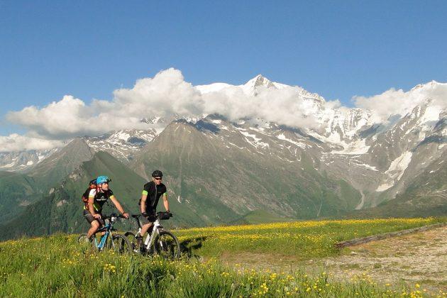 Face à la chaîne du Mont-Blanc.