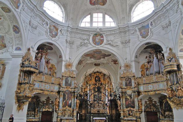 L'abbaye de Muri, un endroit grandiose, avec ses cinq orgues, ses ors et ses couleurs. Les vitraux du XVIe sont particulièrement réputés.
