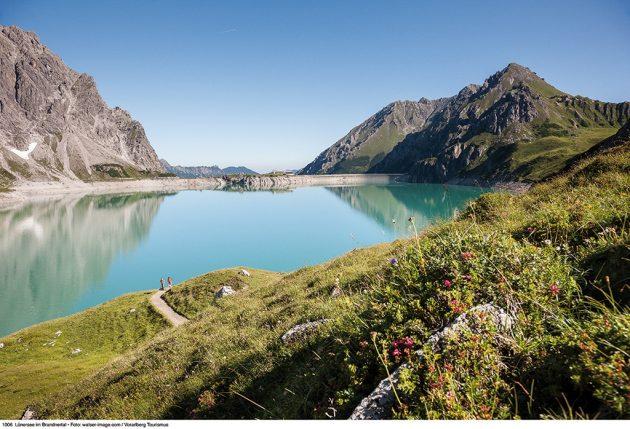 Traversez les nuages et faite le tour du Lünersee, lac artificiel à 2000 mètres d'altitude. © walser-image.com_Vorarlberg Tourismus