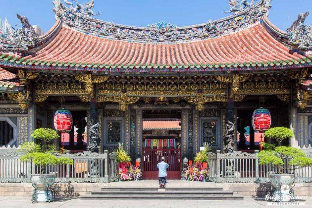 Le temple de Longshan est fréquenté par de nombreux fidèles.