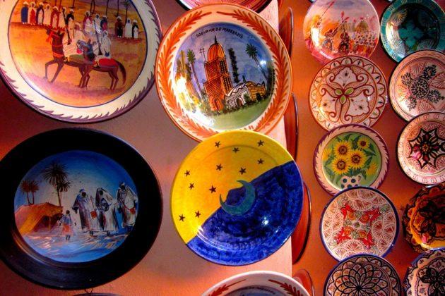 Assiettes marocaines en terre cuite vendues dans la médina
