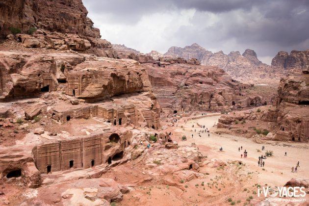 Les voies des façades, des tombes et le théâtre, Pétra, Jordanie.