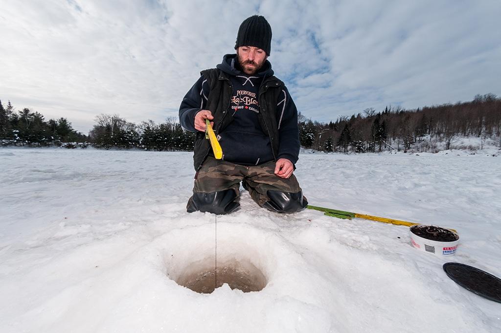 Canada, Quebec, Mauricie, région de Saint-Alexis-les-Monts, Pourvoirie du Lac Blanc l'hiver, Tony trappeur et pêche blanche