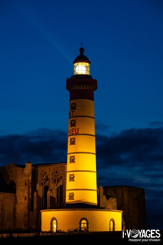 Construit en 1835 sur les ruines d'une abbaye, le phare de la pointe Saint-Mathieu prévient de leur approche dans la rade de Brest.