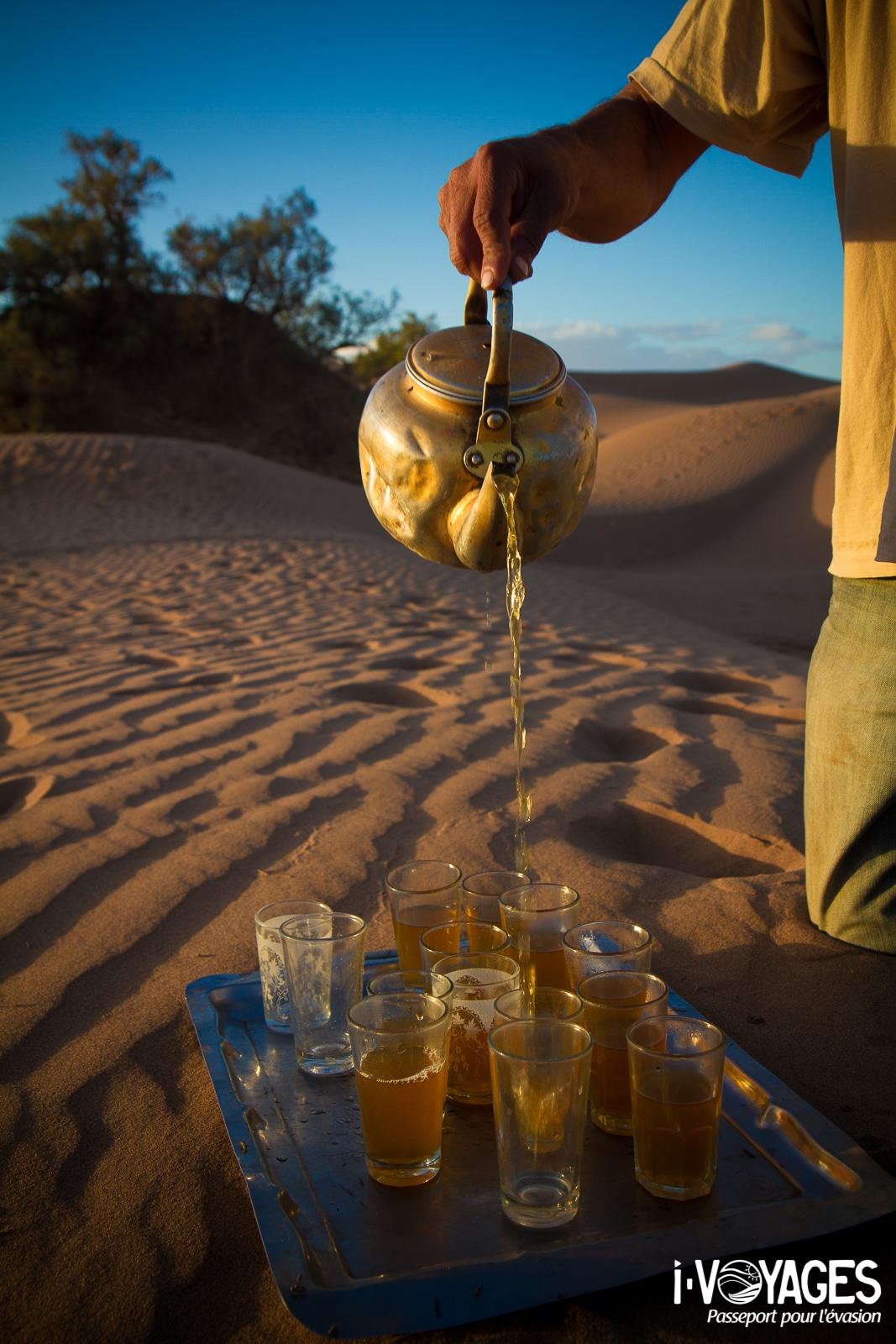 Boire du thé à la menthe, 5 expériences de food travel à vivre au Maroc