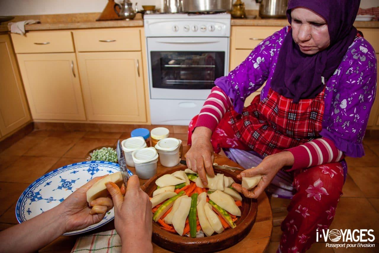 Préparer un tajine à la marocaine, 5 expériences de food travel à vivre au Maroc