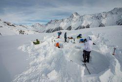 Ski de randonnée et construction d'un igloo dans le Valais