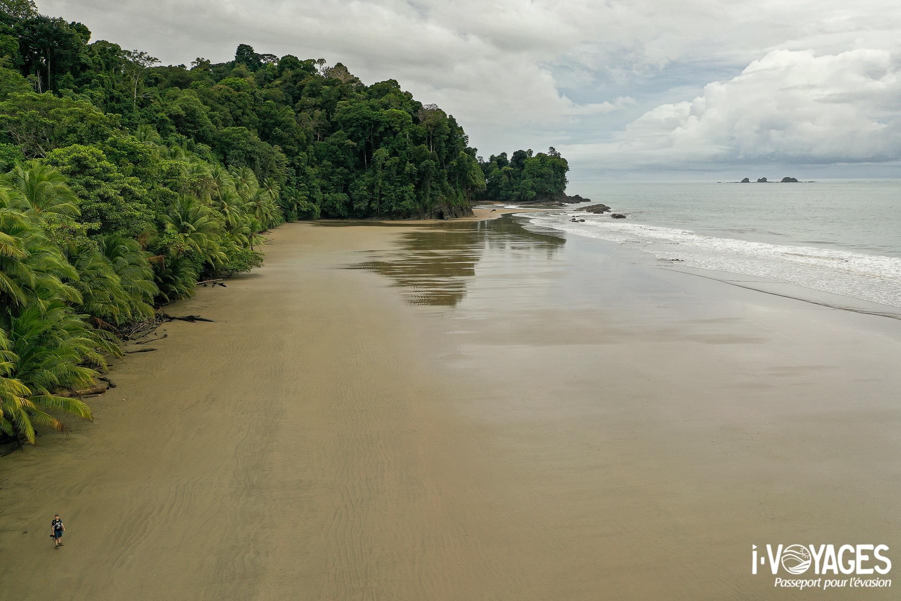 Seul sur une plage déserte du Costa Rica