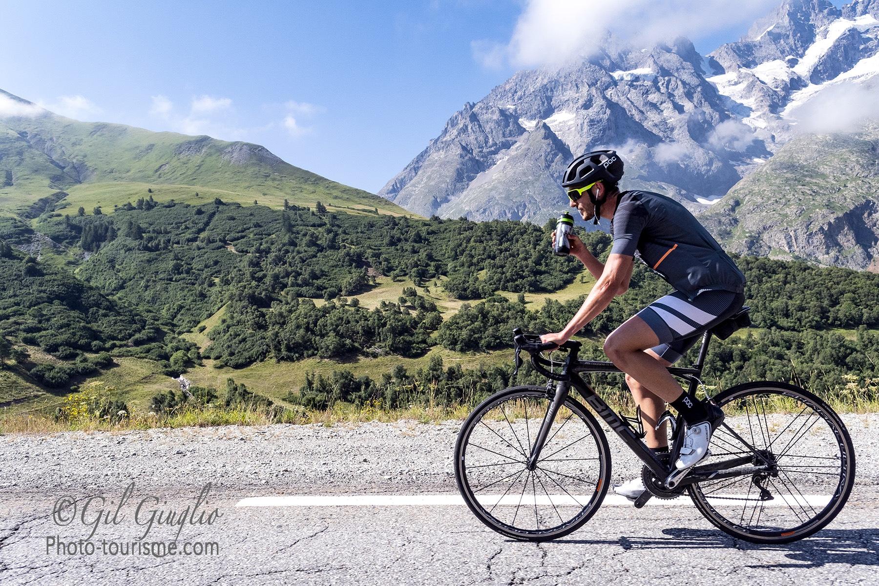 Cycliste sur route du Col du Lautaret