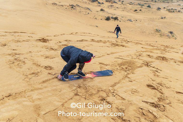 Sand boarder dans désert du Néguev