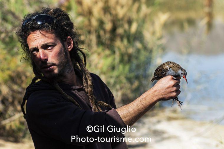 Personnel du Bird Sanctuary en train de soigner un oiseau
