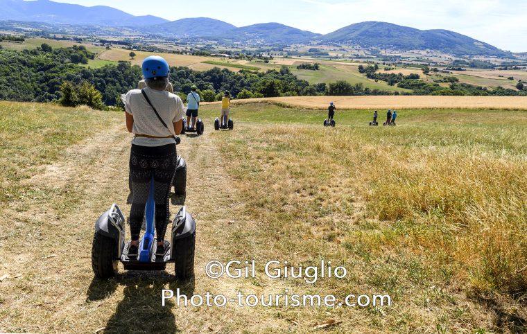 Touristes sur gyropodes en campagne