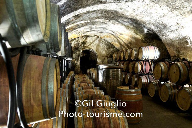 Caves et tonneaux du domaine viticole Corps du Loup