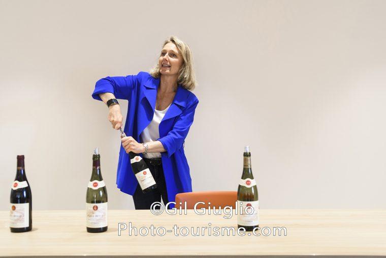 Maîtresse de chai ouvrant une bouteille de Côte Rôtie