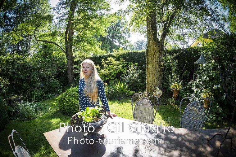 Portrait d'Annie Blanchet dans son Jardin Retiré